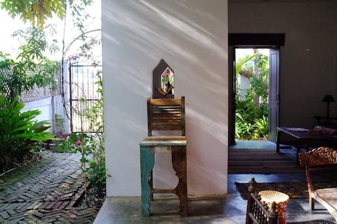 Bodhgaya: peaceful room in a garden .