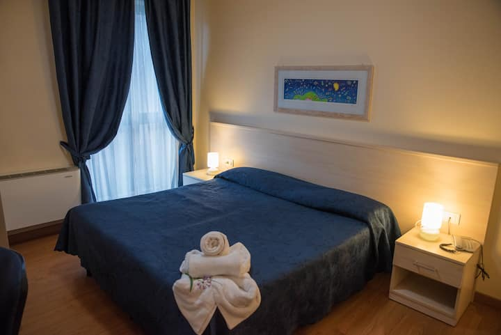 Accogliente camera di hotel (109)