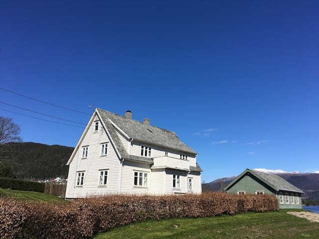 Traditional norwegian house by fjord and mountains - Kvinnherad - Casa