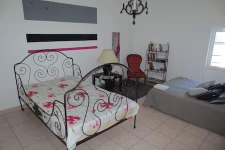 Chambre spacieuse et lumineuse. - Saint-Nazaire-d'Aude - Domek gościnny