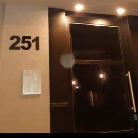 Hermoso departamento entero, con servicios incluidos, y estacionamiento gratuito y cubierto dentro del establecimiento