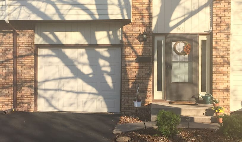 Quiet Townhouse with Private Room - Davenport