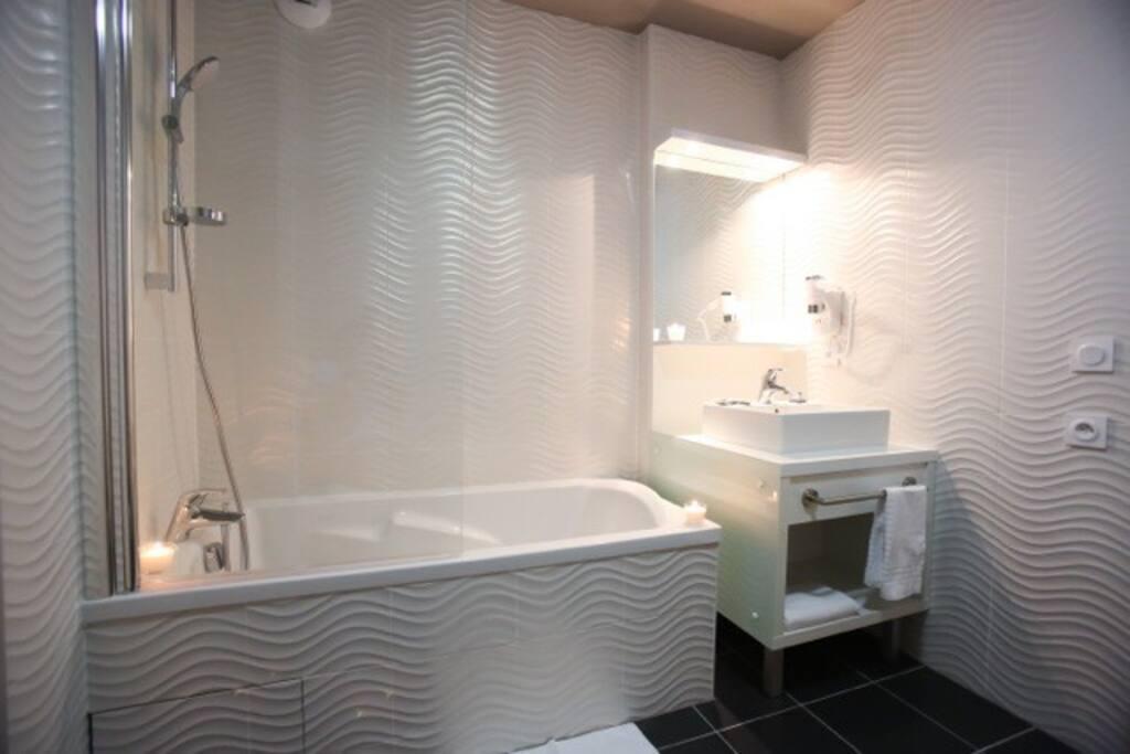 Salle de bain avec boignoire ou douche- Bathroom with bathub or Shower