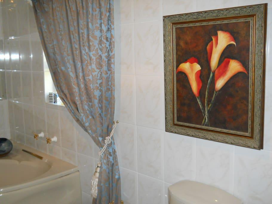Full bathroom of Room 1
