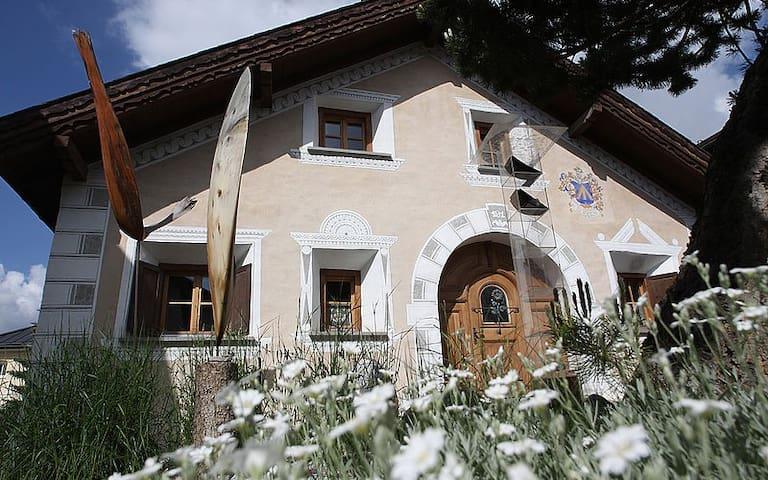 RUHIG-ZENTRAL-ORGINAL (ganzes haus) - Scuol - House