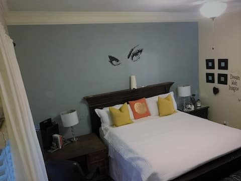 Private Suite 3 minutes to Airport
