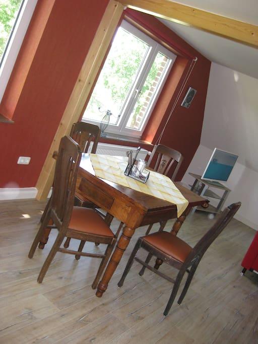 Restaurierte Möbel im Essbereich runden den Charme der Fewo ab!