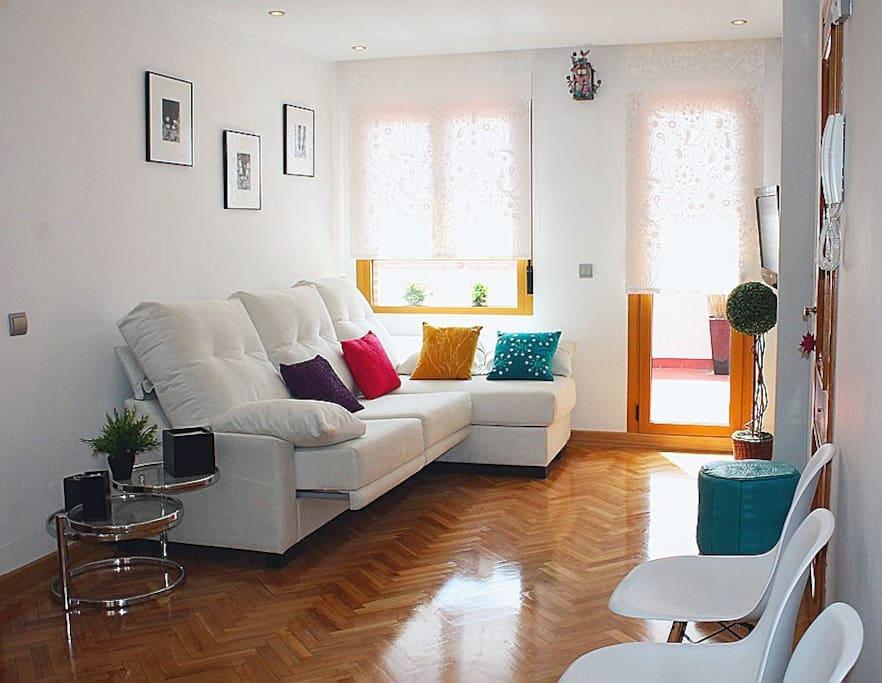 Salón con sofá Chaise Lounge y TV 32 pulgadas.