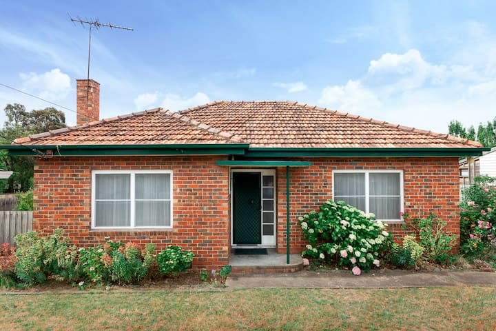 3 BED FAMILY HOUSE+WIFI+BIG YARD +WALK TO SHOPS - Geelong West - Huis