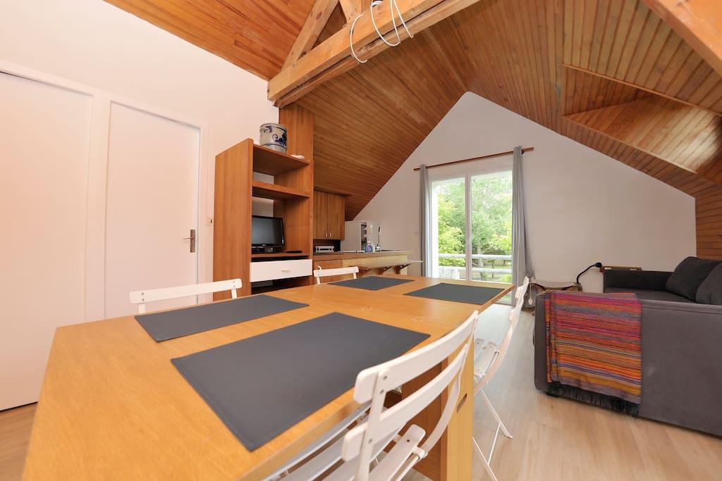 table à manger 6 personnes proche de la cuisine , rapide pour mettre le couvert ;)