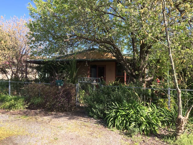 Country Garden Cottage Tocumwal home in quiet area - Tocumwal - Casa