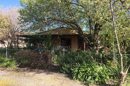 Country Garden Cottage Tocumwal home in quiet area - Tocumwal