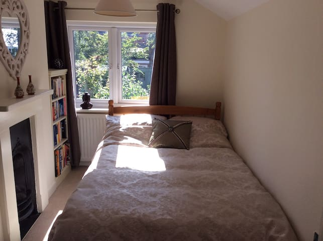 Double bed in a mid terrace Victorian house - Ascot - Ev