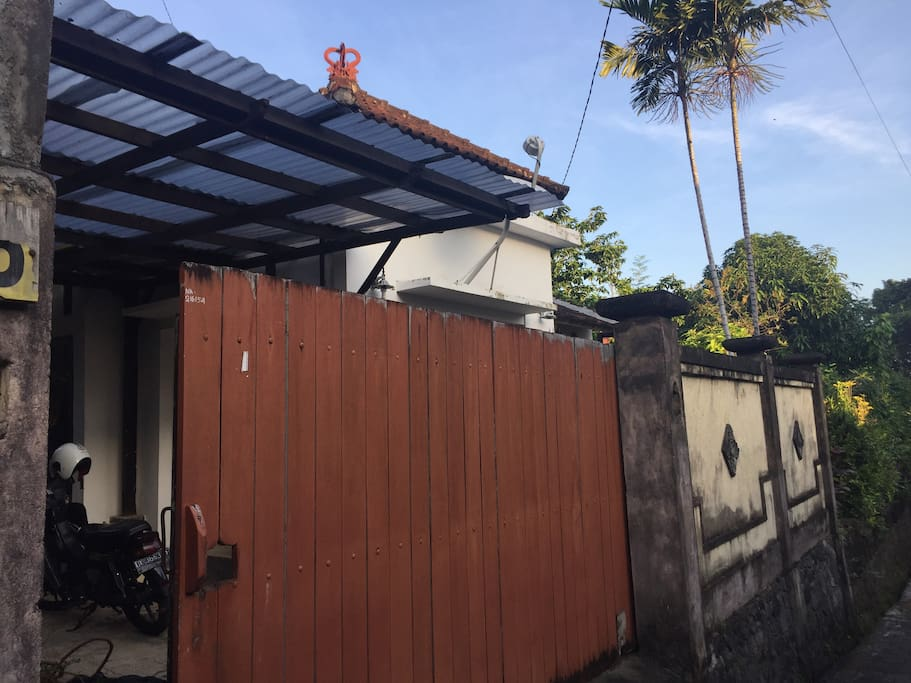 Front of the house. A nice big gate to give you some privacy.