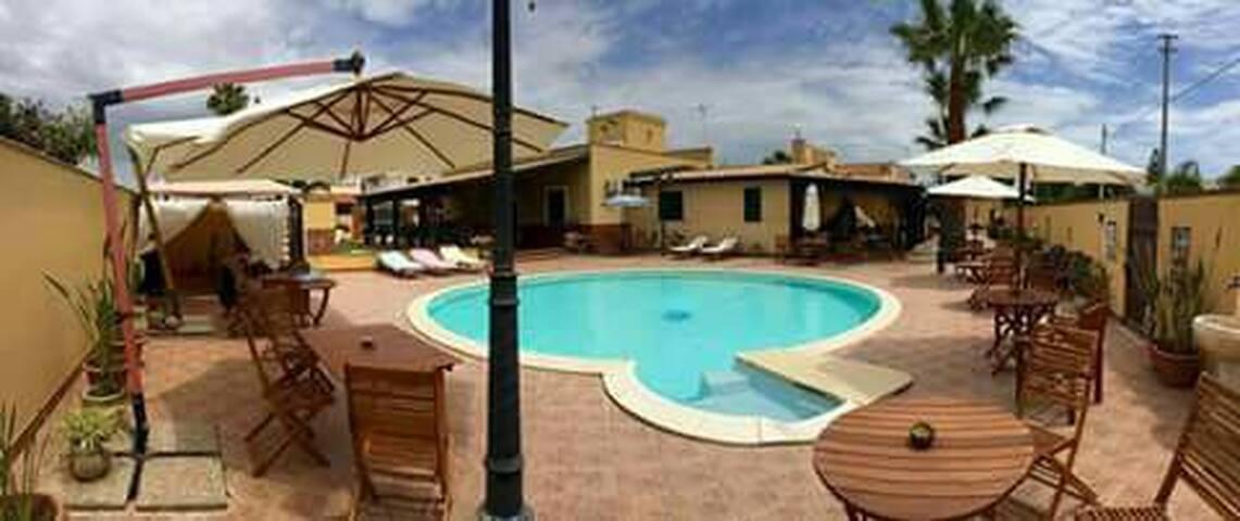 Villa al mare con piscina e prato inglese