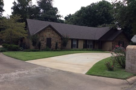 Beautiful spacious home close to downtown. - 瓊斯波羅(Jonesboro)