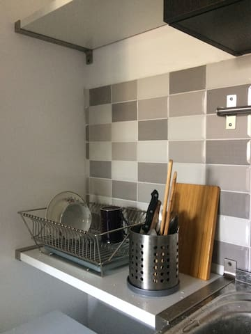 На кухне есть вся необходимая посуда - сковородка, кастрюля, ножи, набор тарелок на две персоны, чашки... А если заглянуть в шкафчик можно обнаружить столь любимые путешественниками стаканы в подстаканниках! Разумеется, с символикой Смоленска)