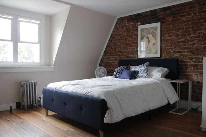 Exposed Brick Private Room-  3 min. walk to subway