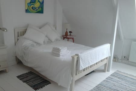 Light & Spacious Double Room, en-suite, Sea View