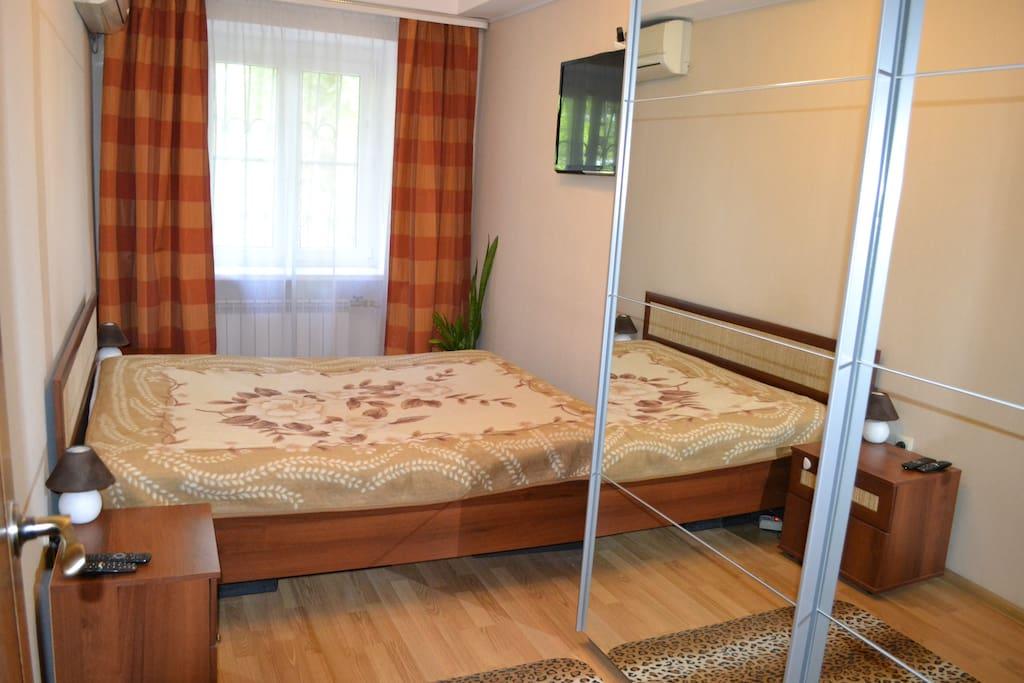 двухспальная кровать,две тумбочки,платяной шкаф,телевизор,кондинционер