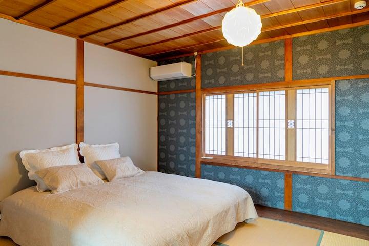 1棟貸切、無人セルフチェックイン。4寝室、出雲市駅迄850mの和モダン町家Folksy House。