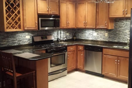 Well Appointed 2 Bedroom Condo - Tinley Park