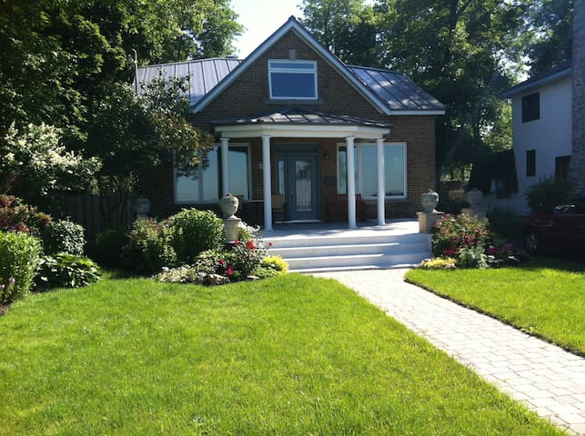 Charming Lakefront Home in Montreal - Dorval - Casa