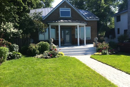 Charming Lakefront Home in Montreal - Dorval - Hus