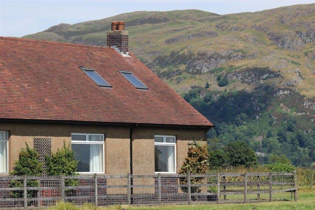 Oak Tree Cottage and Dumyat Hill