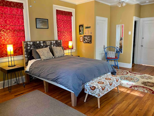 Large, artsy ensuite near downtown w/private entry