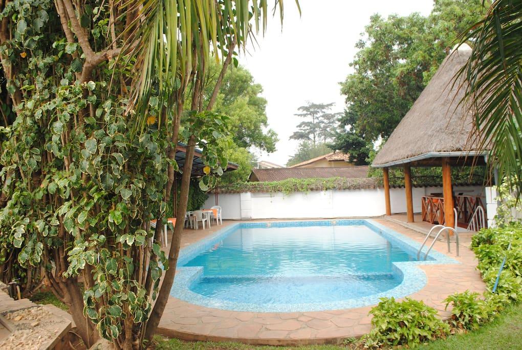 Piscine, sauna, massage, Guide et Tourisme. Une vue panoramique sur le lac Tanganyika et la ville de Bujumbura. Une voiture est disponible pour vos déplacements.