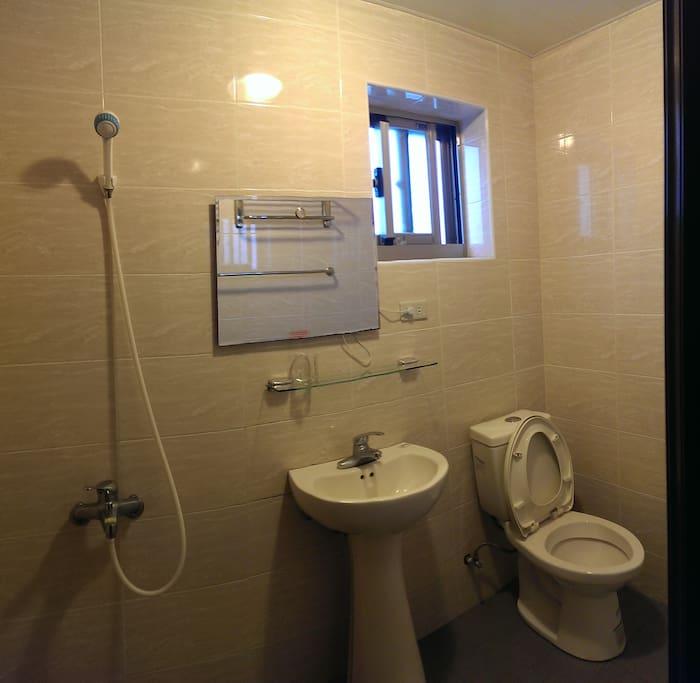雅房外共用的乾淨整潔衛浴設備