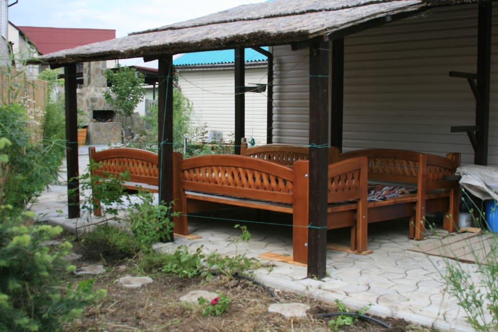 Второй навес в саду с дастарханом ( топчаном) для послеобеденных и ночных полежалок, на столбе кронштейн под телевизор или ноутбук