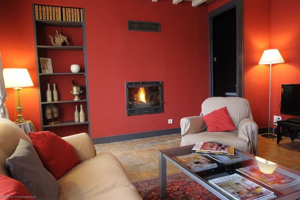 Le salon avec la cheminée.