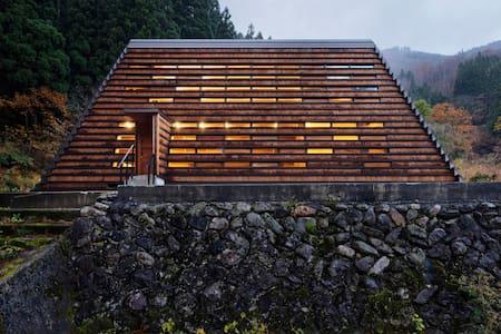 五箇山の大自然の中にある現代の合掌造り まれびとの家