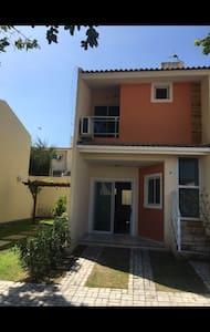 Casa duplex em condomínio charmoso - Форталеза