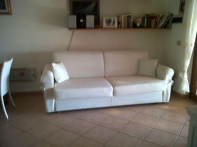 sala  con divano  letto ( 2 posti letto )