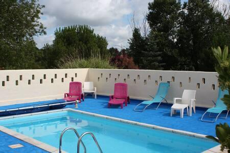 Gite avec piscine de juin à sept - La Garnache - House