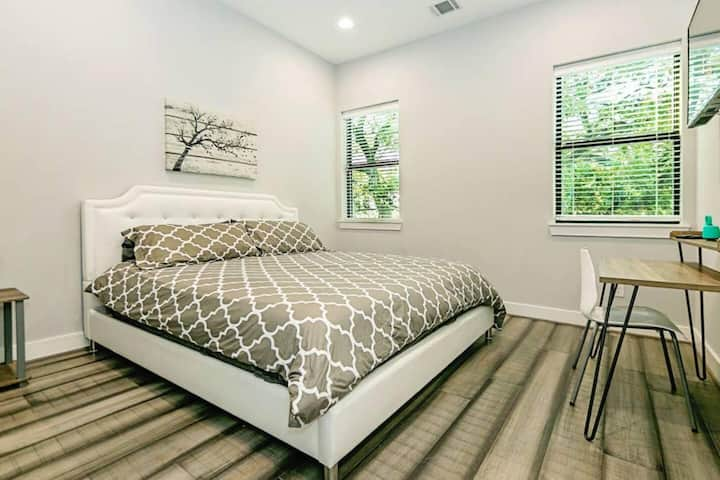 Room 6 · ❤️  LOVELY MONTROSE SUITE  ❤️ (DAILY SPECIALIZED CLEANING WITH NO EXTRA  FEES)