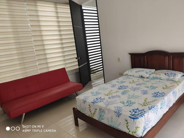 Habitación 2, con baño privado y closet.   Cama semidoble y sofacama.  Ventilador fijado a la pared.