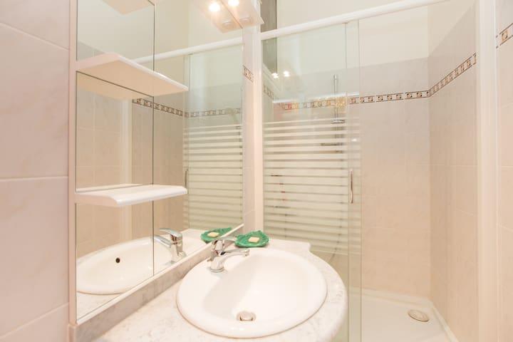 Une salle de bain neuve