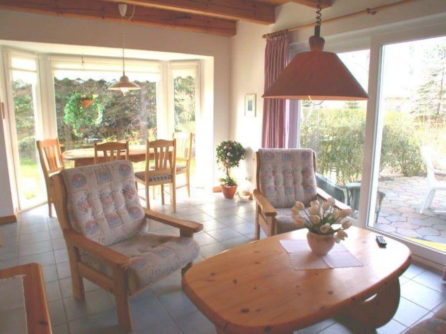 Wohnzimmer mit Ausgang zur eigenen, sonnigen Terrasse