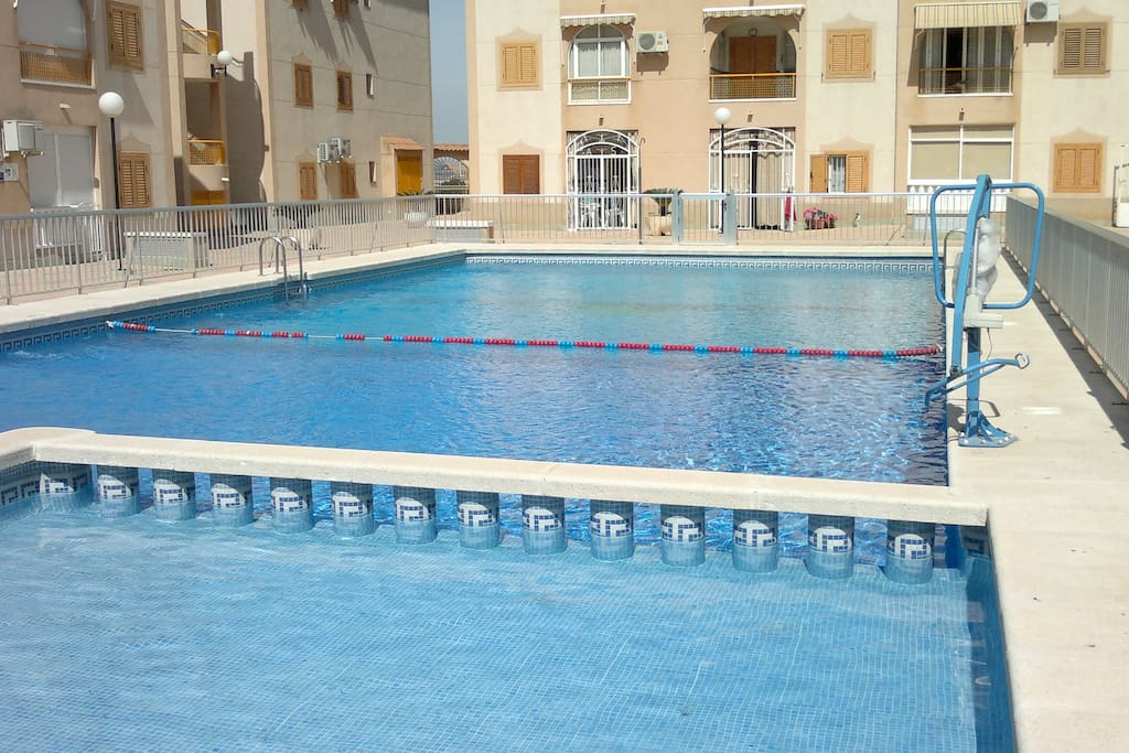 A 5 min del mar con piscina y adsl appartements louer for Piscina torrevieja