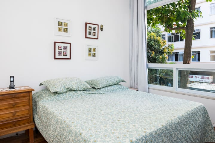 Quarto maior - cama casal, comoda e guarda roupa, ar condicionado e ventilador de teto.