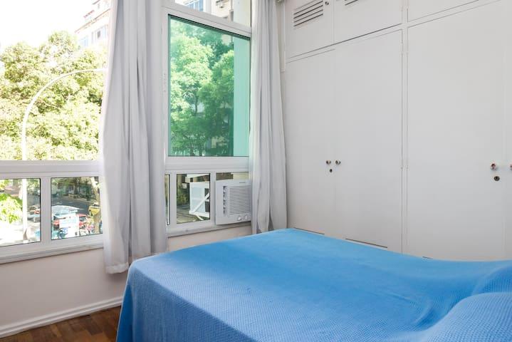 Quarto - cama de casal, cômoda e 2 portas de armário para colocar malas e roupas