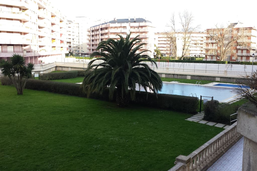 Urbanización con piscina grande, otra pequeña, y pistas de tenis