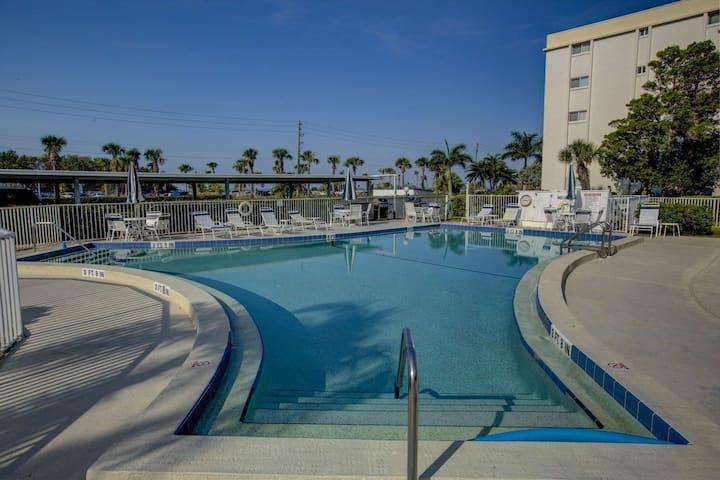 Steps From Siesta Key Beach, Heated Pool,  Free Wifi, Covered Parking