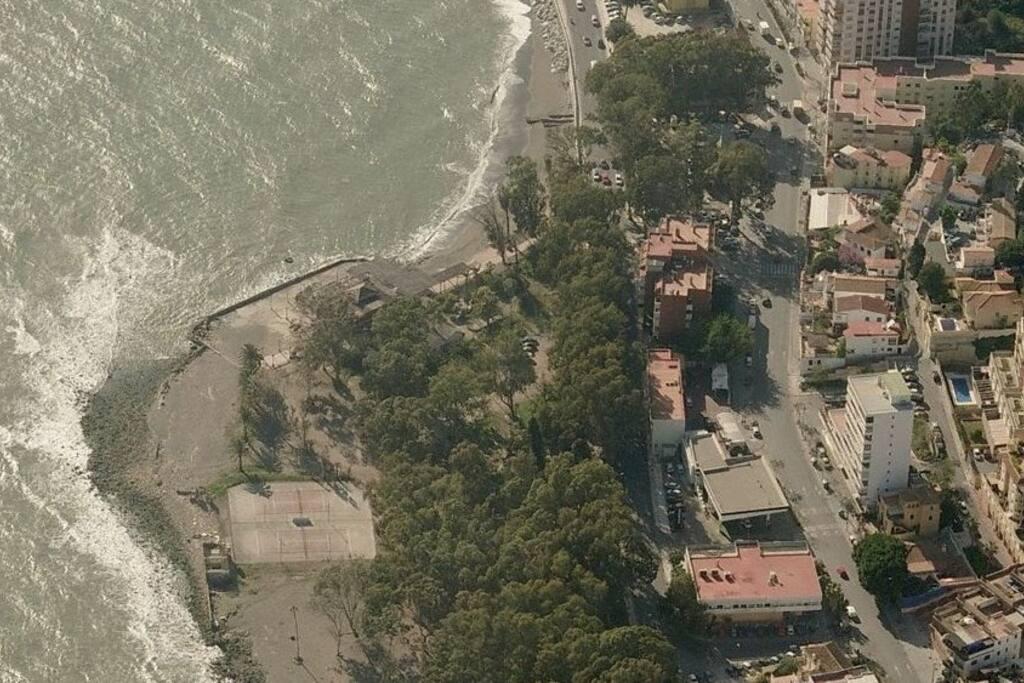 Situación, la casa está en el edificio alto blanco de la derecha de la imagen.