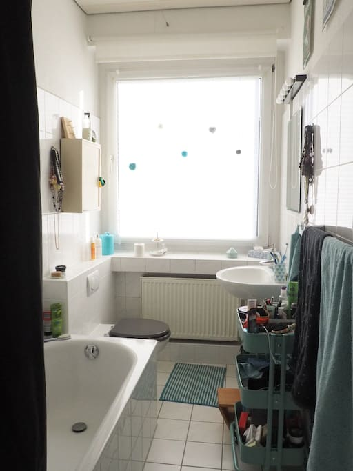 Ein Tageslichtbad mit Badewannen-Dusche, was will man den mehr? Aber Vorsicht, sind die Plisees nicht unten, können die Feuerwehrmänner von Nebenan reinluscher.