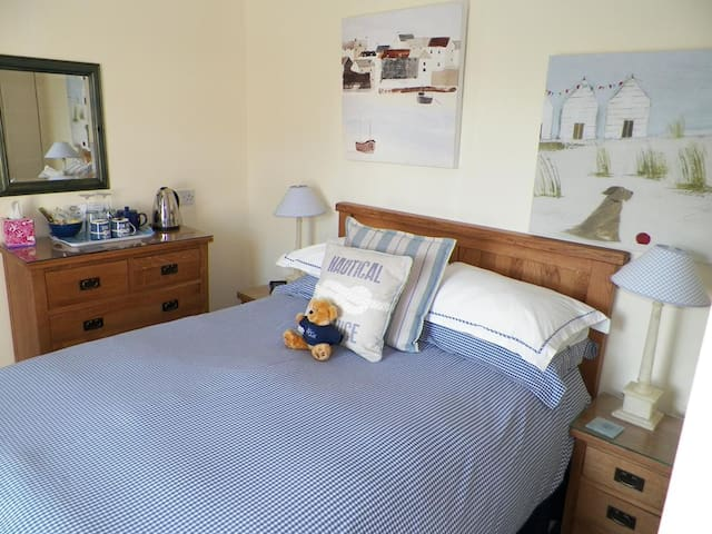 Nautical but Nice double ensuite with garden view